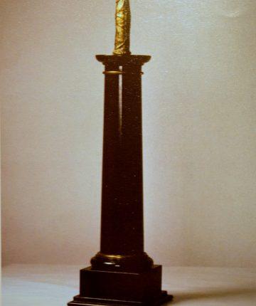 Obeliskas/aukštis - 75cm/granitas, paauksuotas švinas/2001(privati kolekcija)